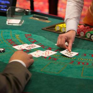 distribution des cartes au blackjack
